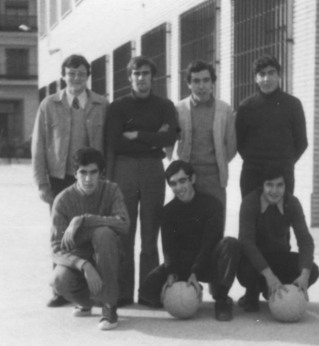 1970_equip_de_Basquet_al_pati_(2)Esteban,Andreu,Ortiz,_Pastor,Nacher,Gascon_y_Samuel - copia.jpg