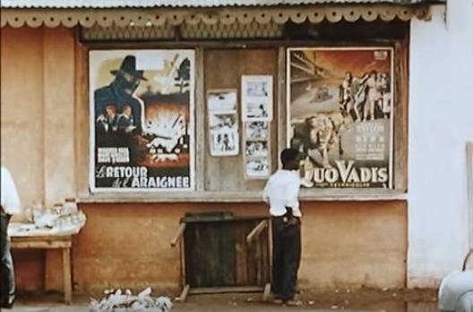 Cartelera de un cine popular.También asoma en alguna ocasión el etnocentrismo colonizador.