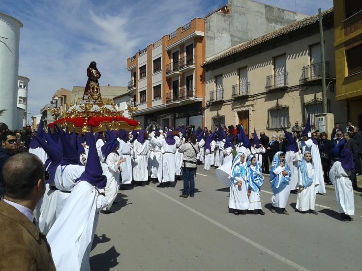Niños desfilando en la procesión