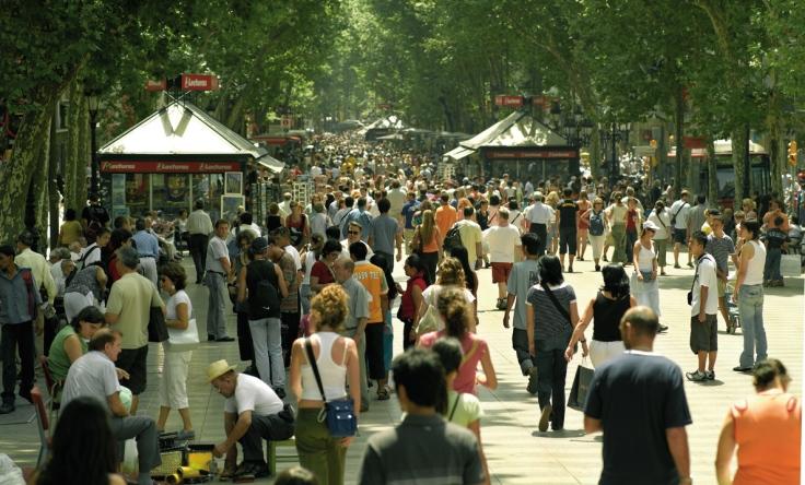 Aspecto habitual de las Ramblas de Barcelona, un día cualquiera de verano.